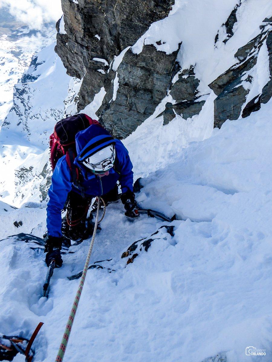 Neve sempre meno consistente man mano che si avvicina alla cresta