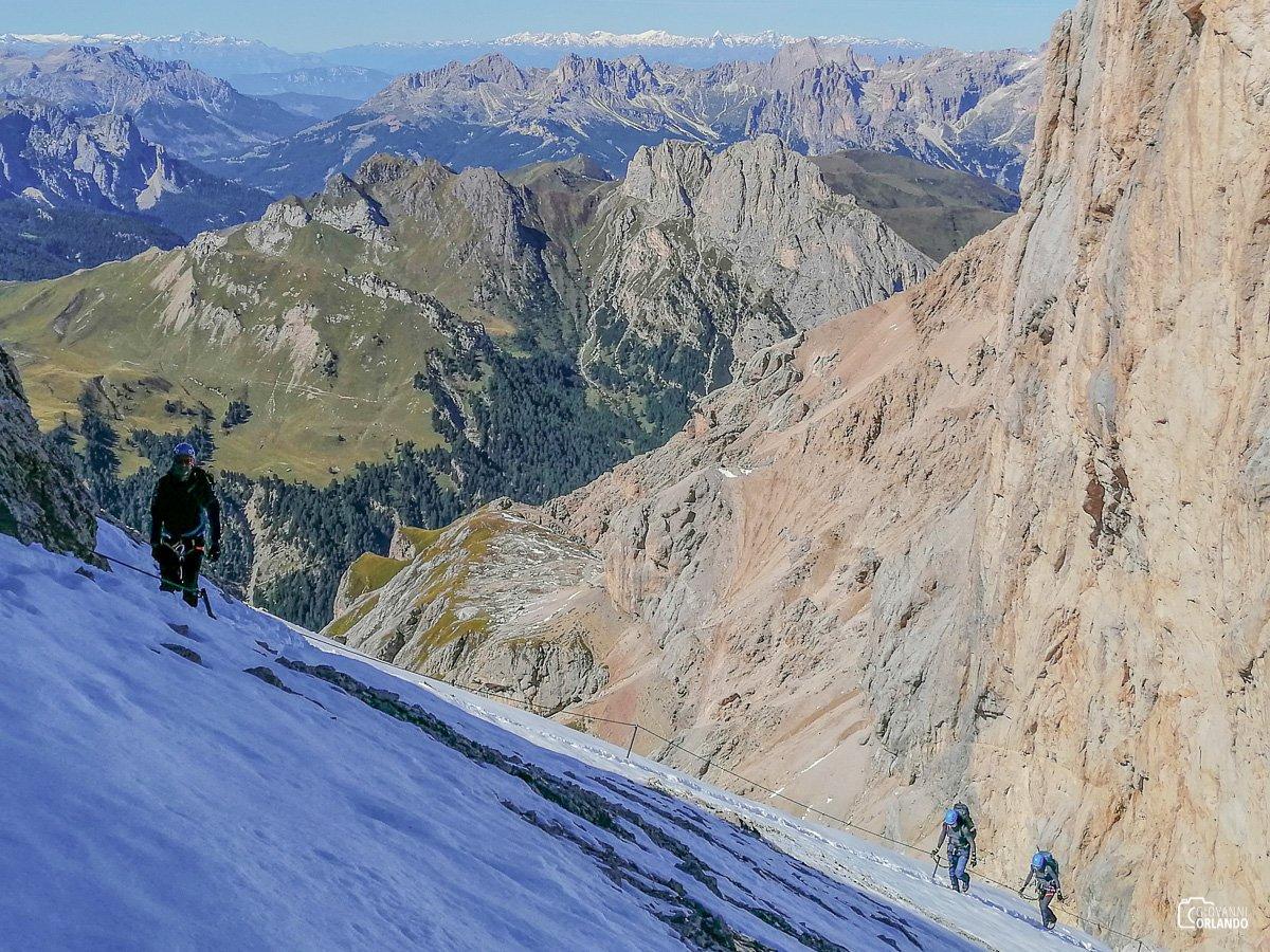 Panorama verso la parete sud del Piccolo Vernel e le montagne della Val di Fassa