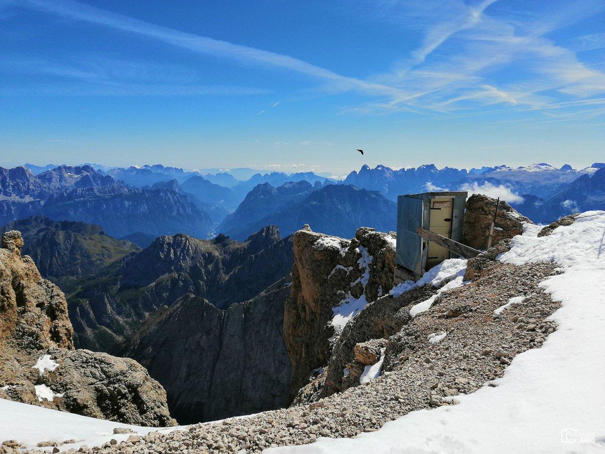 La toilette più alta di tutte le Dolomiti ad oltre 3.343 mt e a strapiombo sopra una parete alta 1.000 mt. Andarci è un'esperienza più unica che rara!