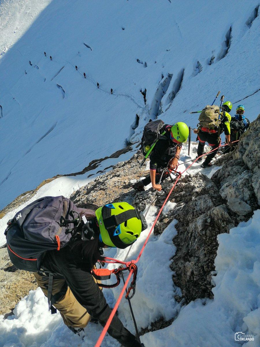 In discesa lungo la ferrata. Una volta sul ghiacciaio dovremo passare dei crepacci belli grandi!