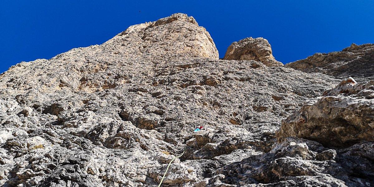 Punta Grohmann – via Dimai: Dopo i primi quatttro tiri in traverso ascendente verso sinistra, si comincia a traversare verso destra