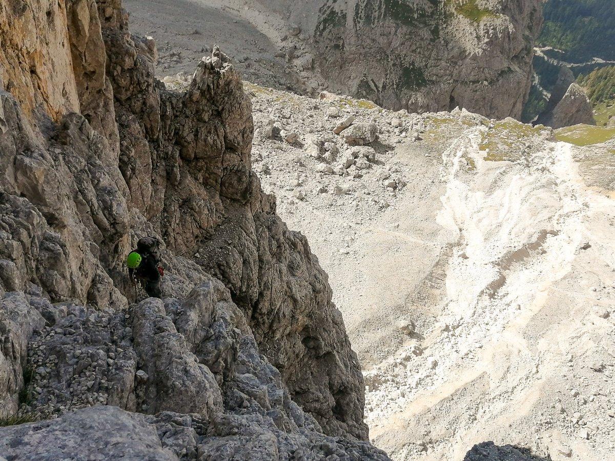 Tiro in traverso per entrare nel grande camino che segna la prima parte della via - Pala di San Martino – Gran Pilastro (Langes-Merlet)