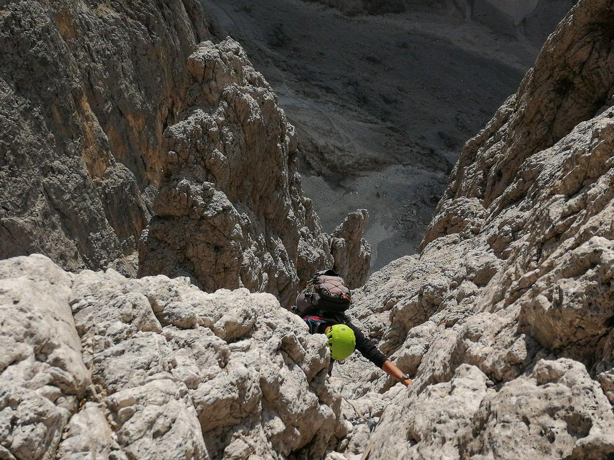 Sulle solide placche di roccia grigia a metà parete - Pala di San Martino – Gran Pilastro (Langes-Merlet)