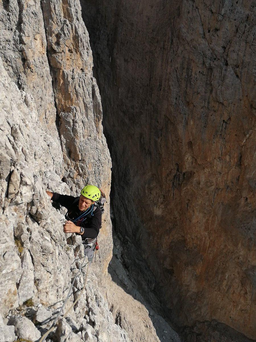 Giacomo mi raggiunge in sosta arrampicando su solida roccia grigia - Pala di San Martino – Gran Pilastro (Langes-Merlet)