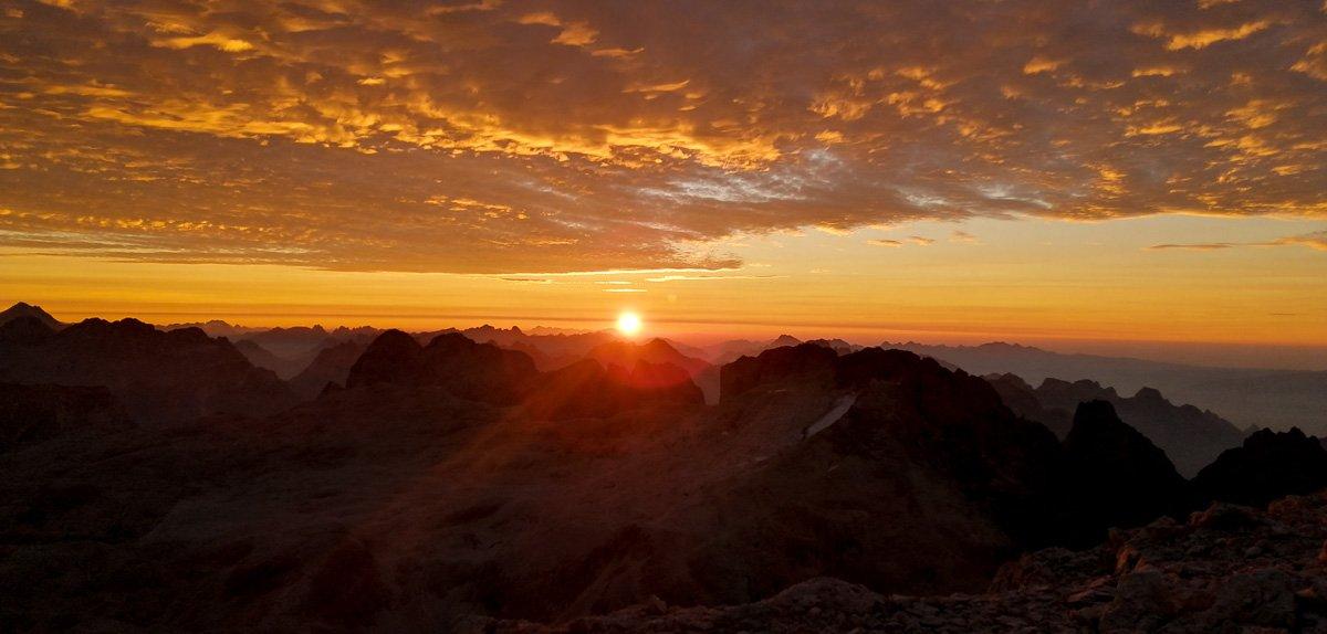 L'alba magnifica che mi aspetta quando esco dal Bivacco delle Guide in cima alla Pala di San Martino - Pala di San Martino – Gran Pilastro (Langes-Merlet)
